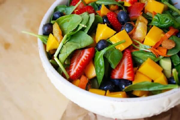 Spinach salad with Summer fruits